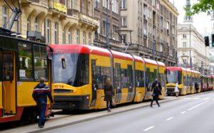 Tramwaje oraz wysiadające z nich ludzie, ulica bez samochodów w strefie czystego transportu