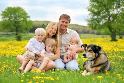 szczęśliwa rodzina z dziećmi i psem
