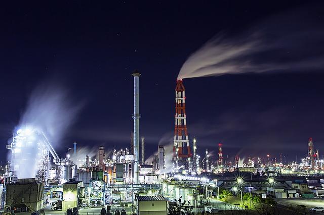 Duży zakład przemysłowy pracjący na energii z taryfy A
