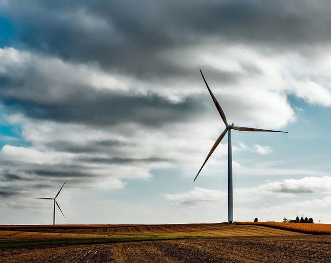 elektrownia wiatrowa zlokalizowana na polu