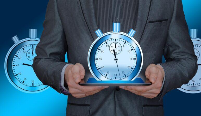 Zegar w dłoniach, który liczy czas do przedawnienia rachunku za energię