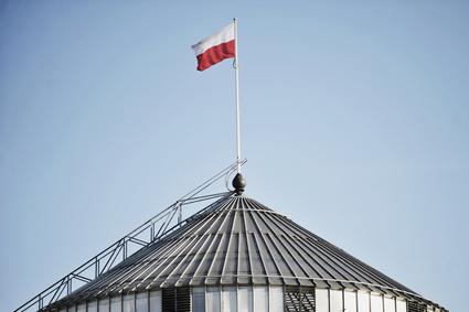 flaga Polski na dachu Sejmu