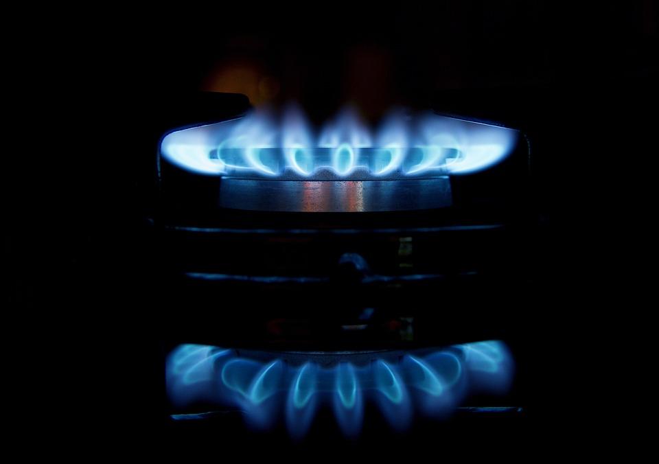 Płonący palnik w kuchence gazowej