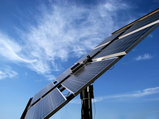 panel solarny na tle nieba