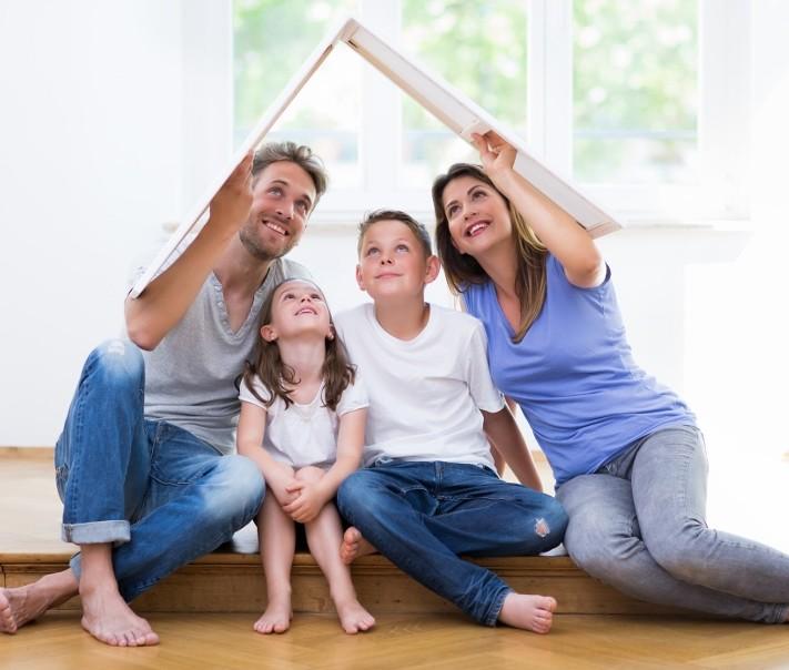 szczęśliwa rodzina w swoim domu