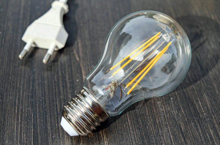 rekompensaty za prąd - wtyczka i żarówka