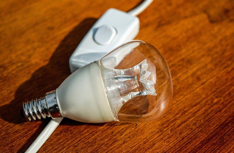 żarówka i kabel