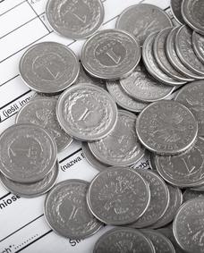 polskie złotówki na dokumencie